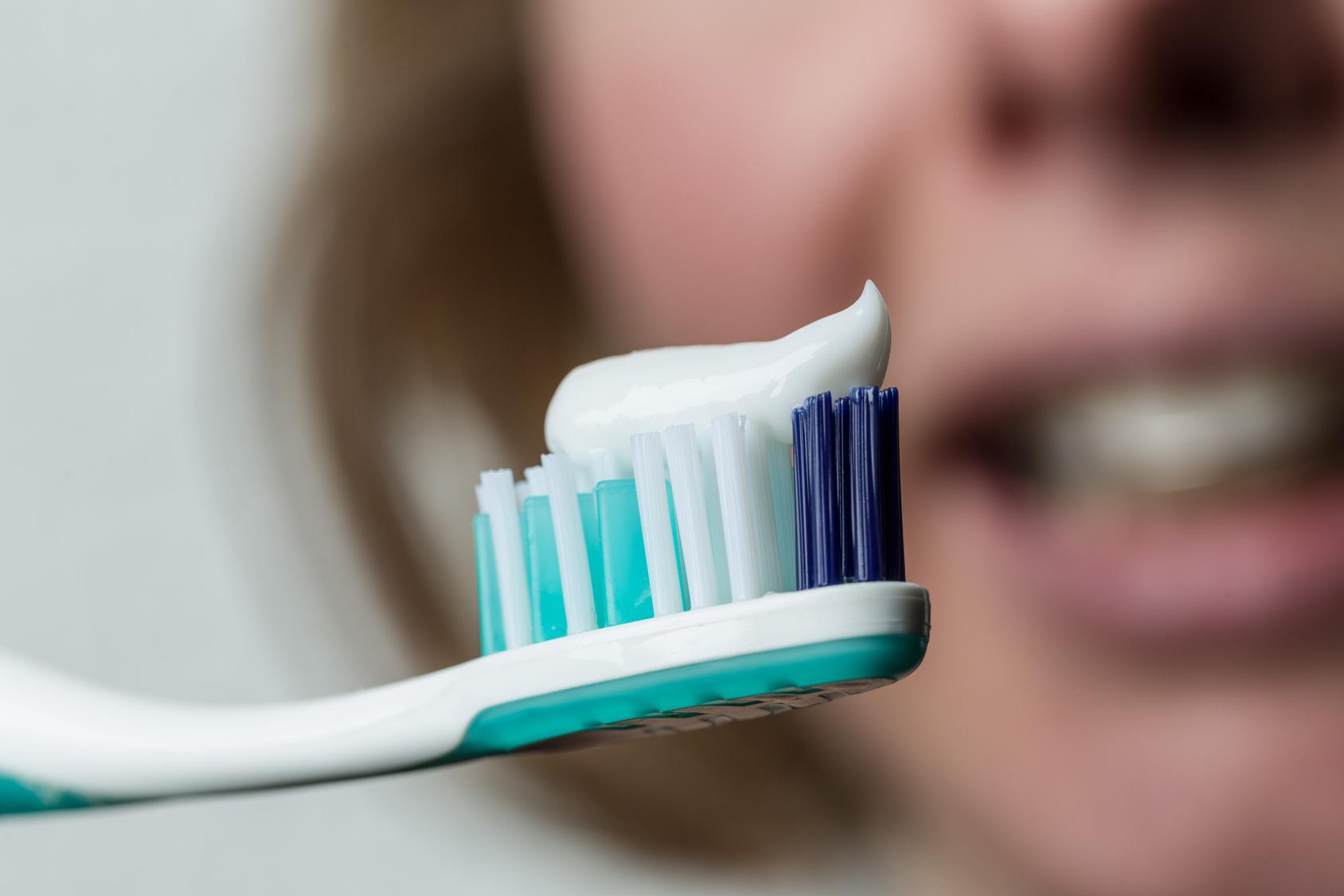 Zahnbrste mit Zahnpasta und Mund mit Klammer